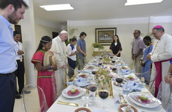 20190126T1307-24055-CNS-POPE-PANAMA-WYD-LUNCH-690x450